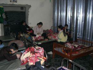 2008 - Erster Besuch der Kinder (hinter einer Wellblechtür)