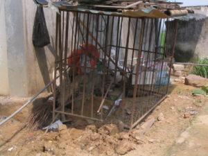 2009 - In diesem Käfig lebte bis 2009 ein Mädchen
